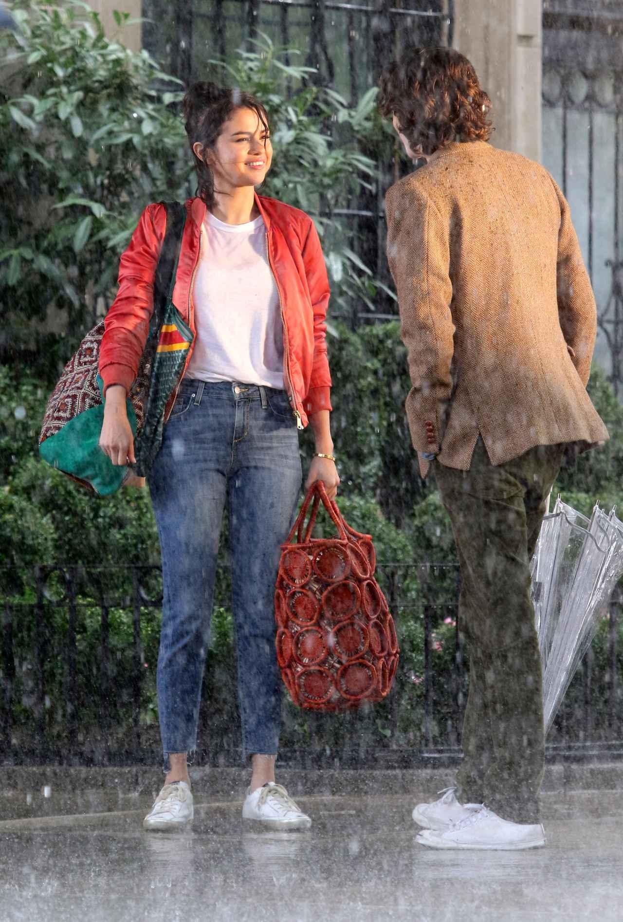 画像3: セレーナ・ゴメス、ワークスタイルでの必需品は「ストライプジャケット」!