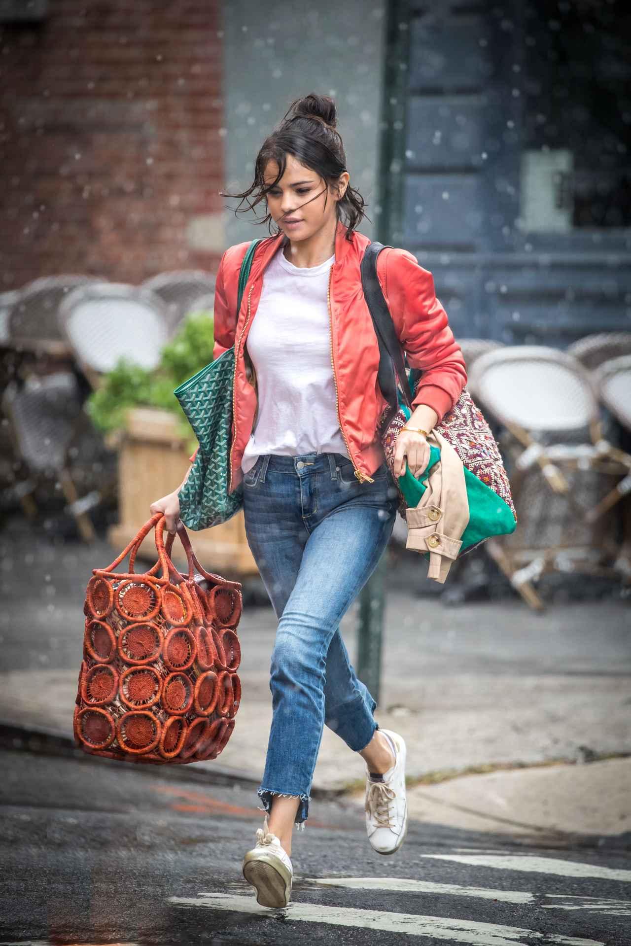 画像4: セレーナ・ゴメス、ワークスタイルでの必需品は「ストライプジャケット」!