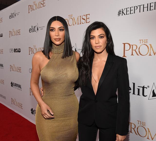 画像: キム(右)と姉のコートニー(左)。