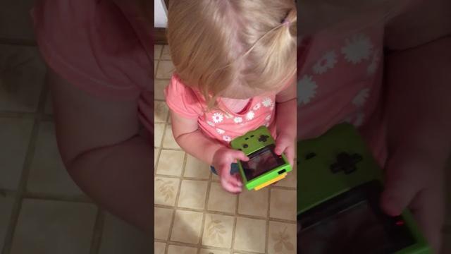 画像: Trying to play Game Boy www.youtube.com