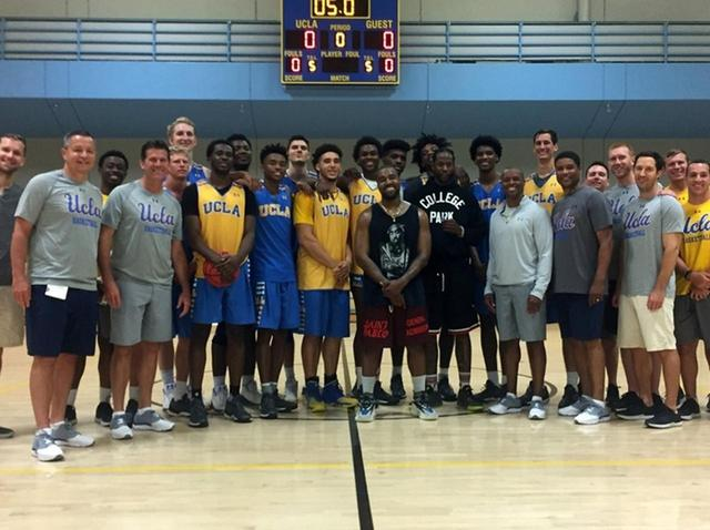 画像: 今年7月に大学の体育館で生徒たちと。©UCLA Man's Basketball Club/Twitter
