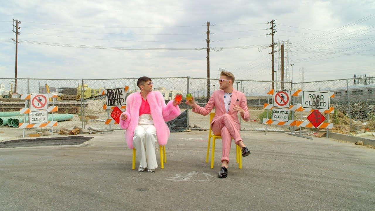 画像: ミッチとスコットのカラフルな衣装に注目 youtu.be