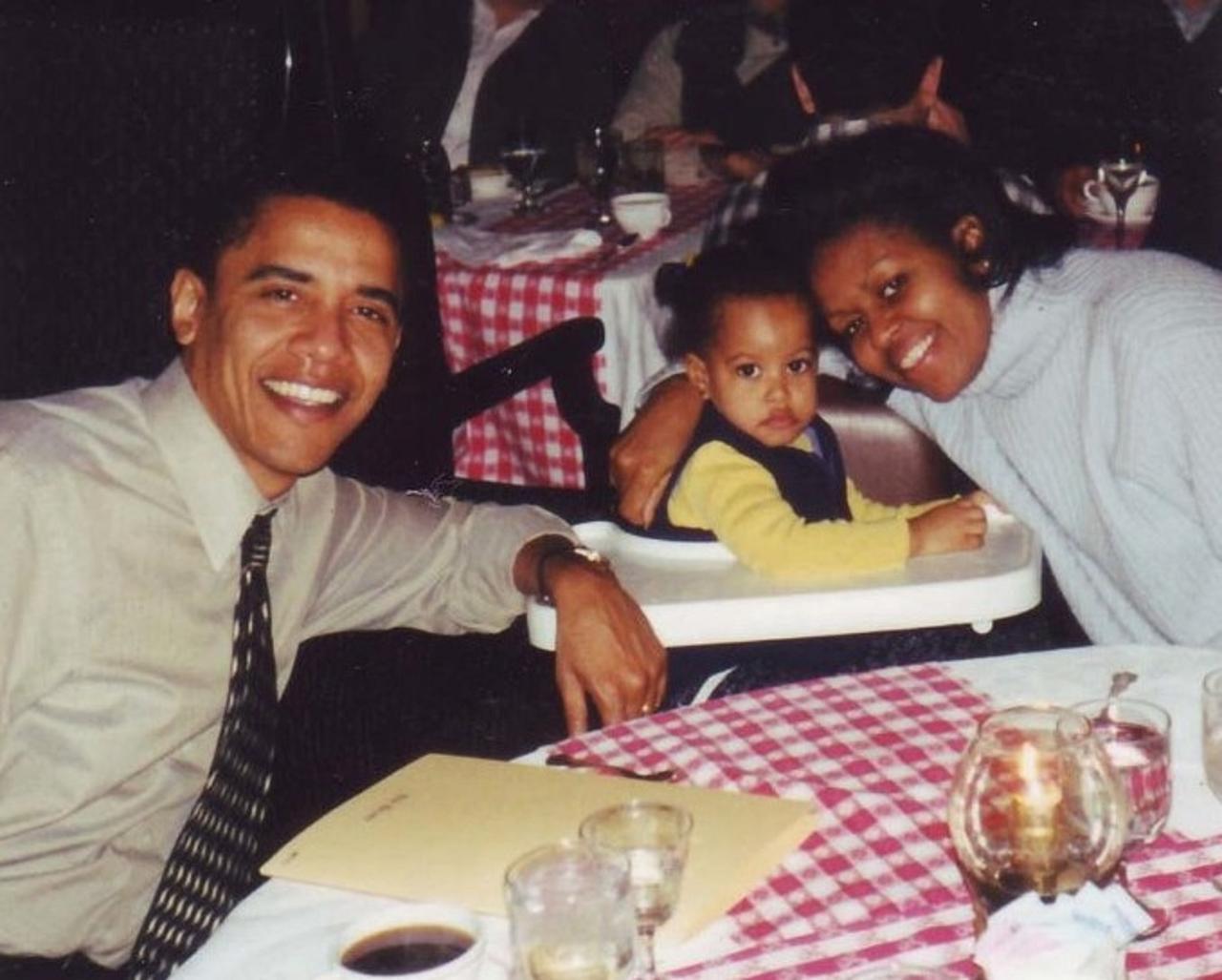 画像: 2000年に撮影された当時2歳のマリアとオバマ夫妻。©Obama For America