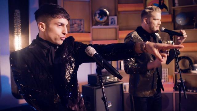 画像: ミッチとスコットがバーのシンガーになってみんなの視線を奪う! youtu.be