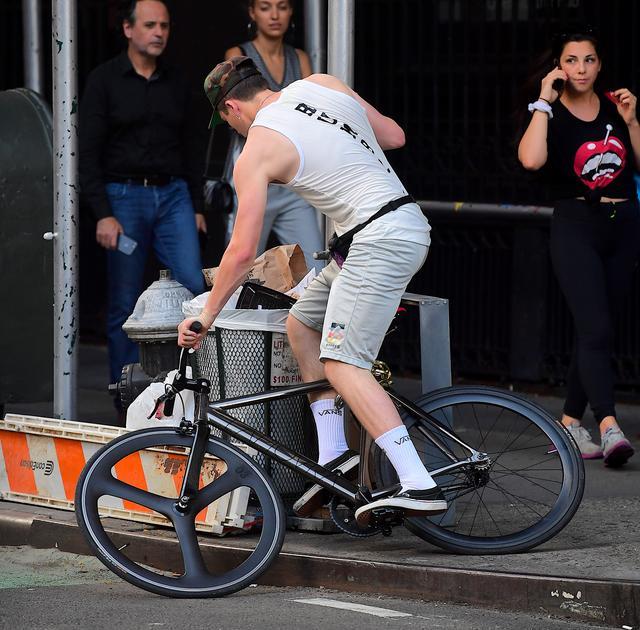 画像3: ベッカム家長男ブルックリン、自転車が故障して近所の住民に助け求める