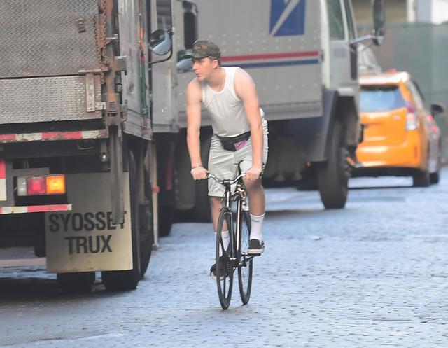 画像1: ベッカム家長男ブルックリン、自転車が故障して近所の住民に助け求める