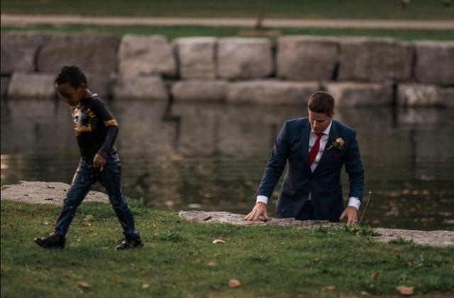 画像3: タキシードで池に飛び込んだヒーロー
