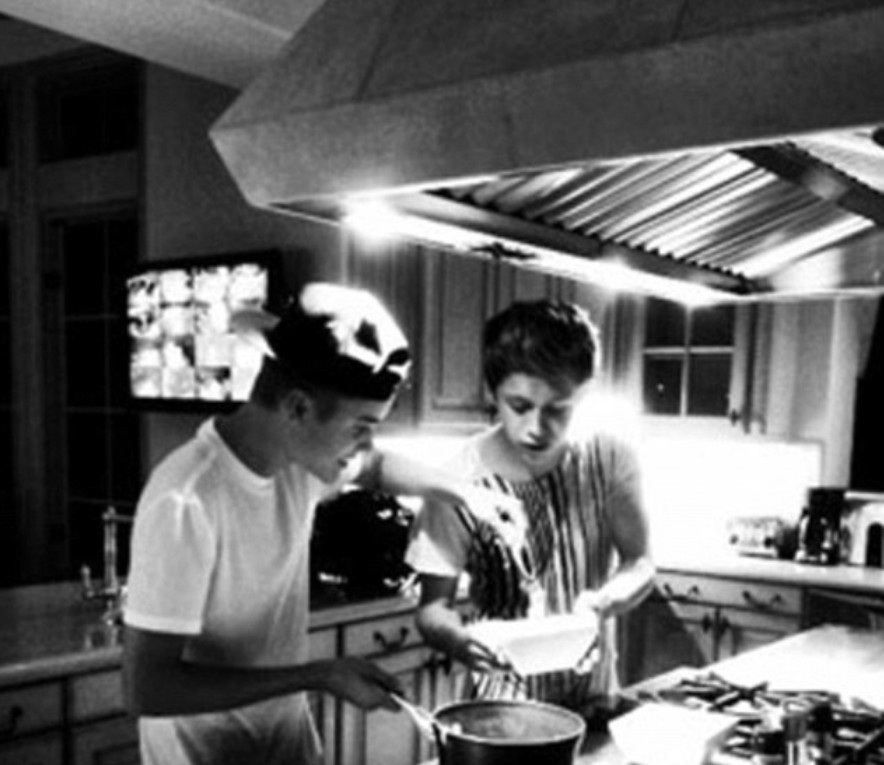 画像: ジャスティンとナイルが料理をしている様子。
