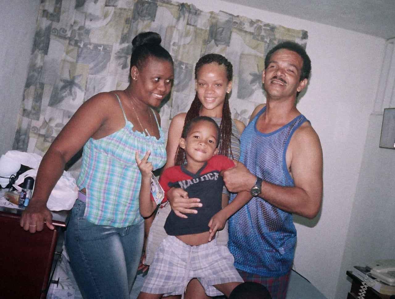 画像: デビュー前のリアーナ。両親と弟と。