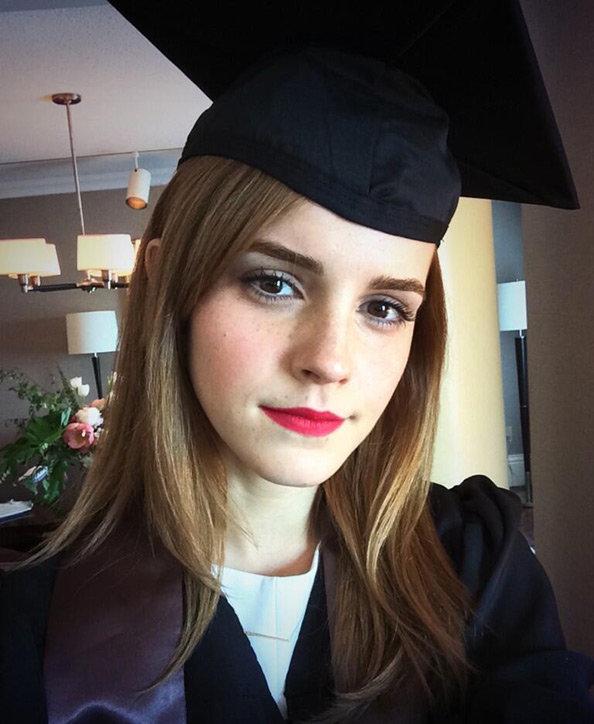 画像: ブラウン大学の卒業式当日のエマ。