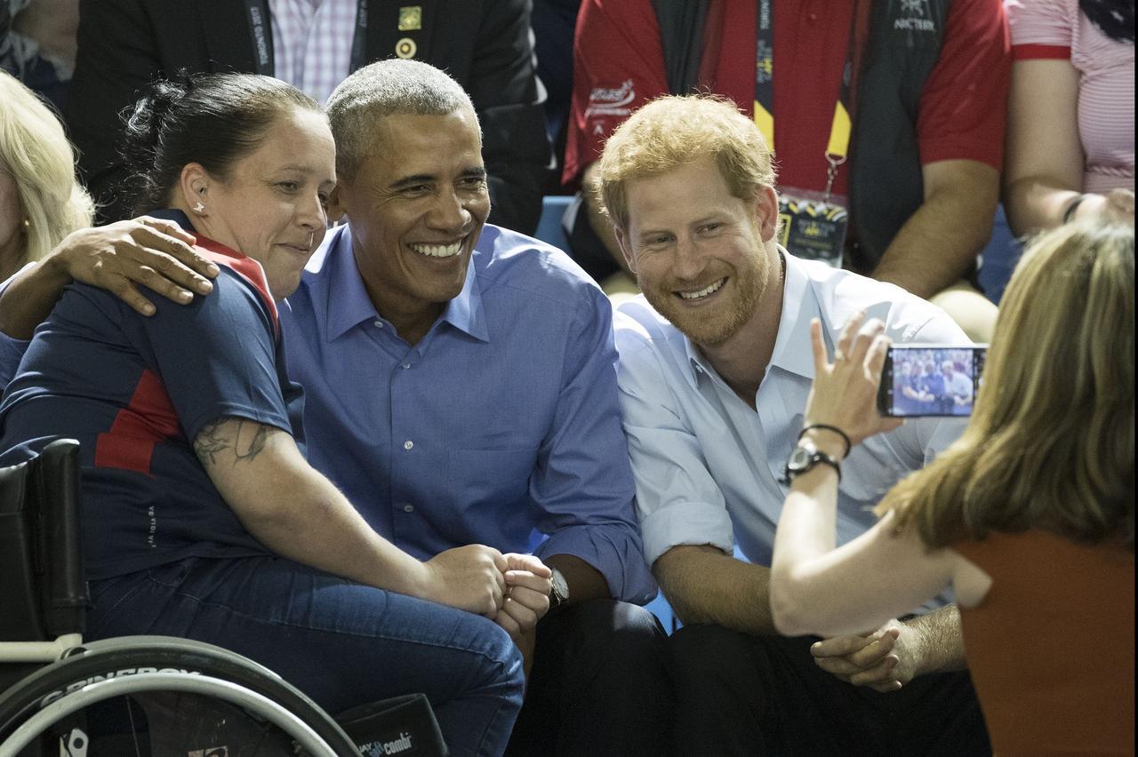画像: 試合後には、出場選手からのリクエストに応え、2人揃って記念写真を撮影。