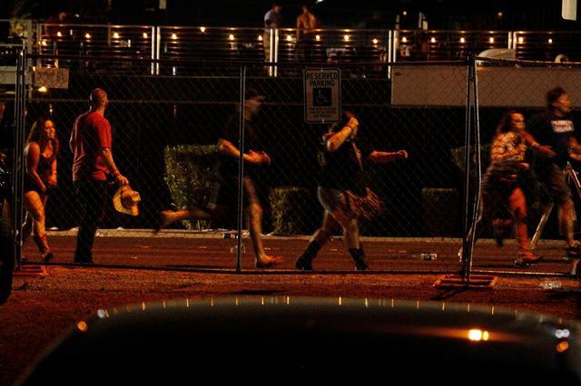 画像: 事件発生直後の会場付近の様子。逃げ惑う観客たち。