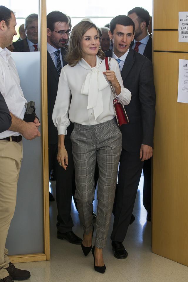 画像1: スペインのレティシア王妃、清潔感あふれるレディライクなお手本ルック