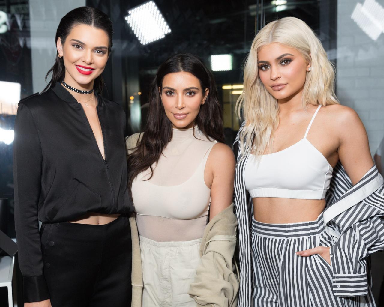 画像: 異父姉のキム・カーダシアン(中央)はカイリーと同じくリアリティスターで、ラッパーのカニエ・ウェストの妻としても有名。また姉のケンダル・ジェンナー(左)はファッション業界で引っ張りだこの超売れっ子モデル。