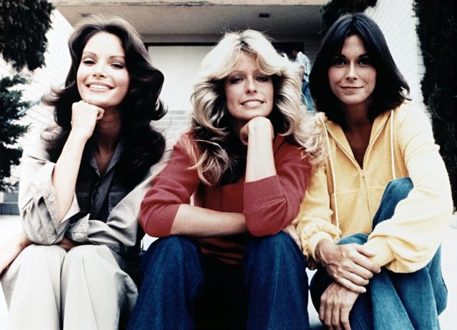 画像: テレビシリーズで主演を務めた(左から)ジャクリーン・スミス、ファラ・フォーセット、ケイト・ジャクソン。