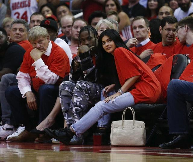 画像: バスケットボールの試合を観戦するカイリー(右)とトラヴィス(左)。
