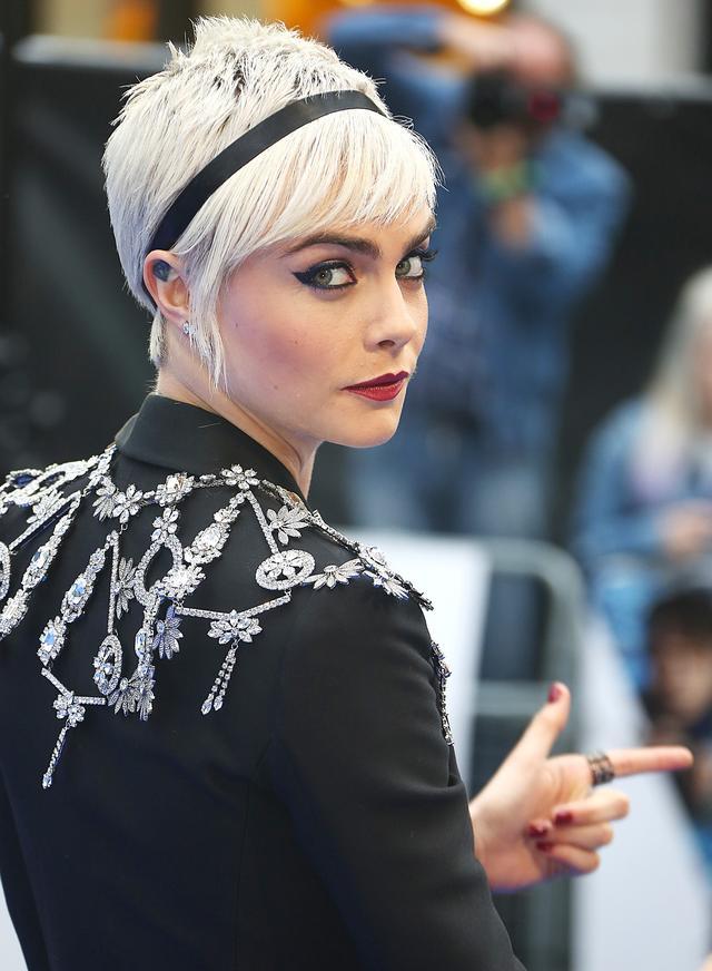 画像: 超金髪姿のカーラ。主演映画『ヴァレリアン』のプレミアにて。
