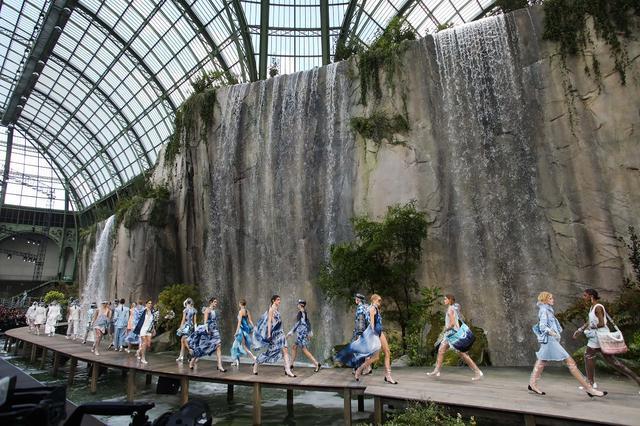 画像1: 巨大な滝や岩場が登場