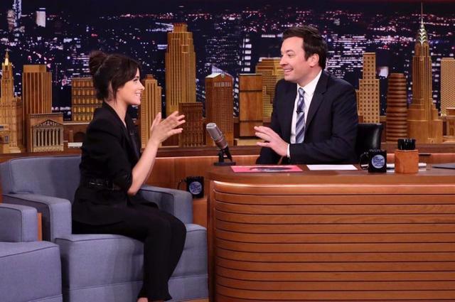 画像: お寿司の話で盛り上がるカミラとジミー。