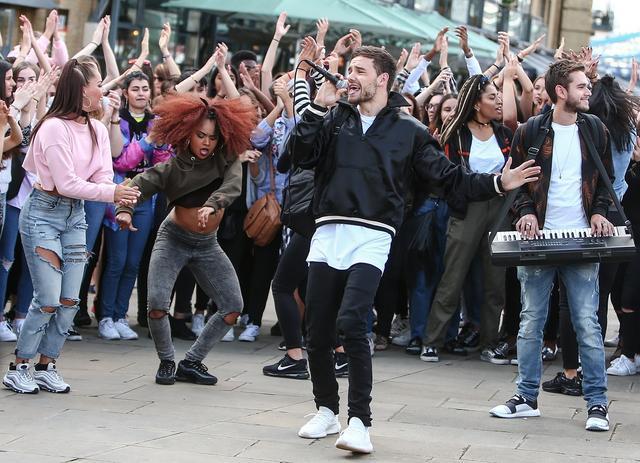 画像: 今年8月ロンドンの街でエキストラたちと楽しそうに新曲MVを撮影するリアム。