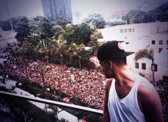 画像: 南米公演の際には、メンバーたちを一目見ようと数えきれないほどの人が宿泊先のホテル前に集結。©Liam Payne/Twitter