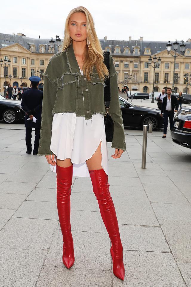 画像1: 人気VSモデルのロミー・ストリド、真っ赤なサイハイブーツを履いて美脚をアピール