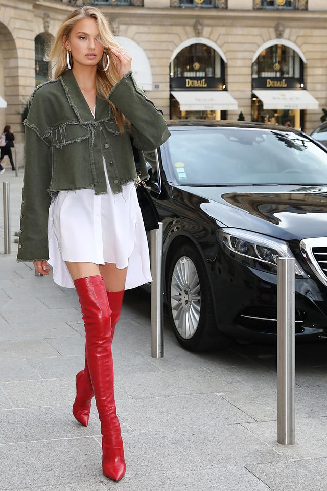画像2: 人気ヴィクシー・モデル、真っ赤なサイハイブーツを履いて美脚をアピール