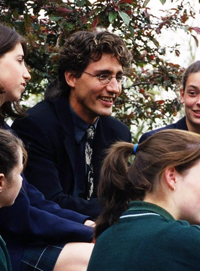 画像: 教師時代の写真を公開