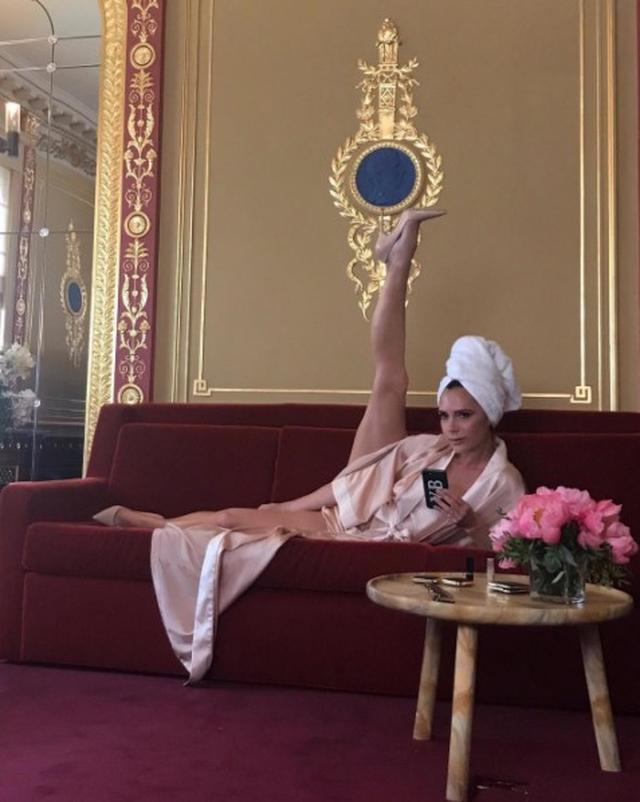 画像3: 43歳ベッカム妻、カーダシアン家長女に究極の美脚ポーズをパクられるも神対応