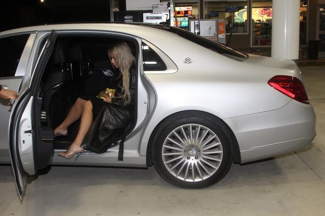 画像: 運転手つきの車の後部座席に乗り込み颯爽と去って行くキム。