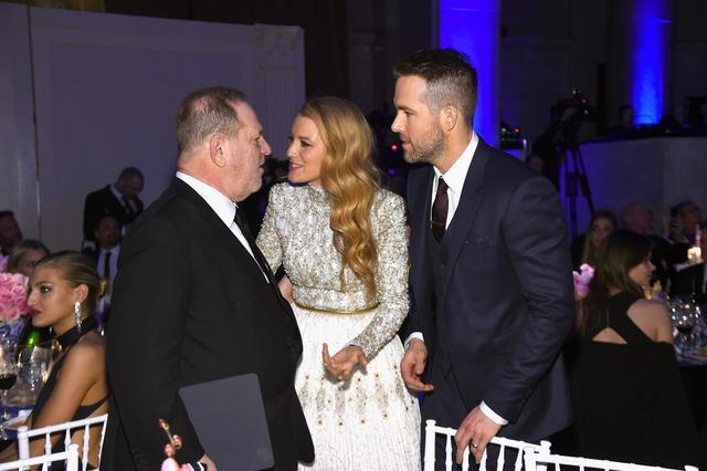画像: 2016年に開催されたチャリティイベントで夫で俳優のライアン・レイノルズとともに、ワインスタインに挨拶するブレイク。