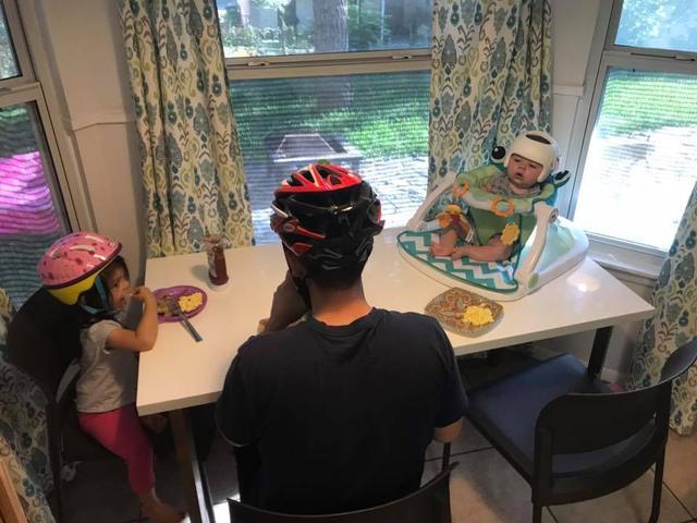画像2: 家族全員が家の中でもヘルメット!?その理由が感動的