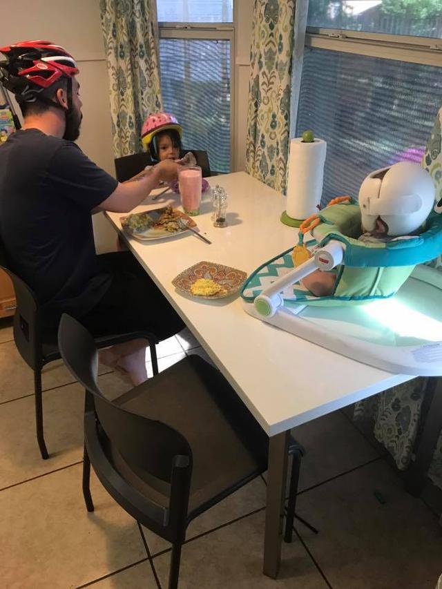 画像3: 家族全員が家の中でもヘルメット!?その理由が感動的