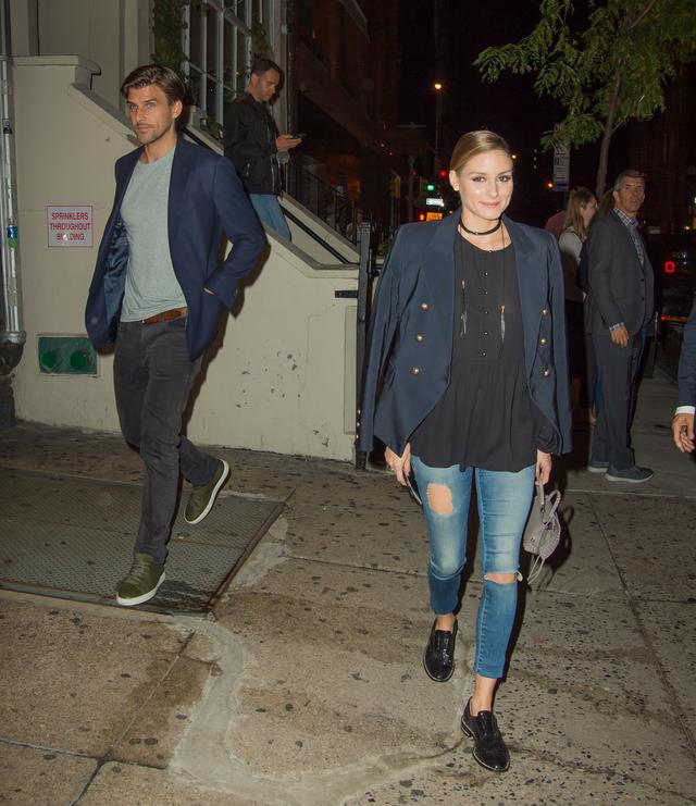 画像: お店から出てきたヨハネスとオリヴィア。ヨハネスは、オリヴィアだけが写真にしっかりおさまるようにと気を使って後ろの方に。