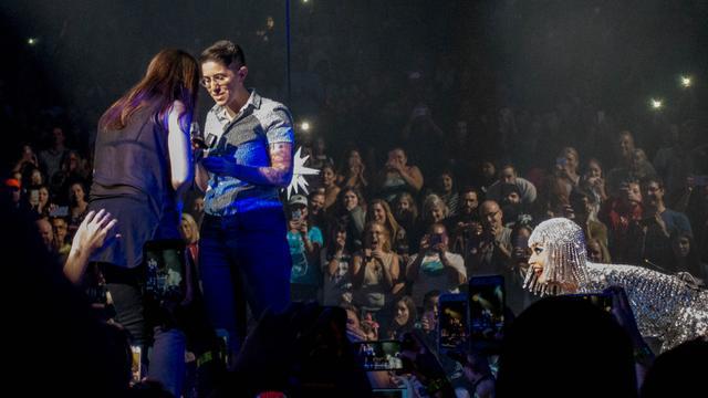 画像3: ケイティ・ペリー、ライブ中に同性カップルのプロポーズを手助け