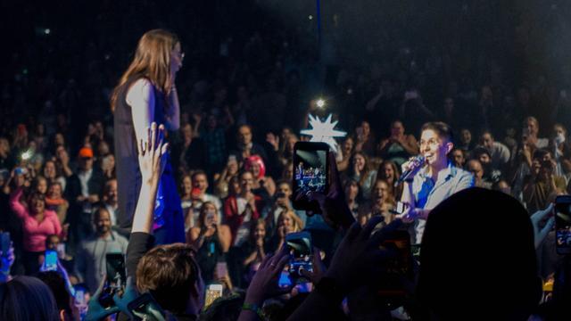 画像2: ケイティ・ペリー、ライブ中に同性カップルのプロポーズを手助け