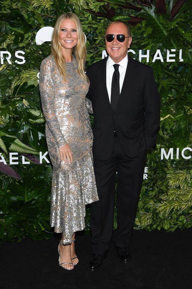 画像: グウィネス・パルトロウとマイケル・コース。シルバーとシアーのコンビネーションがドラマティックな、マイケル・コースのスペシャルなドレスを着たグウィネス。
