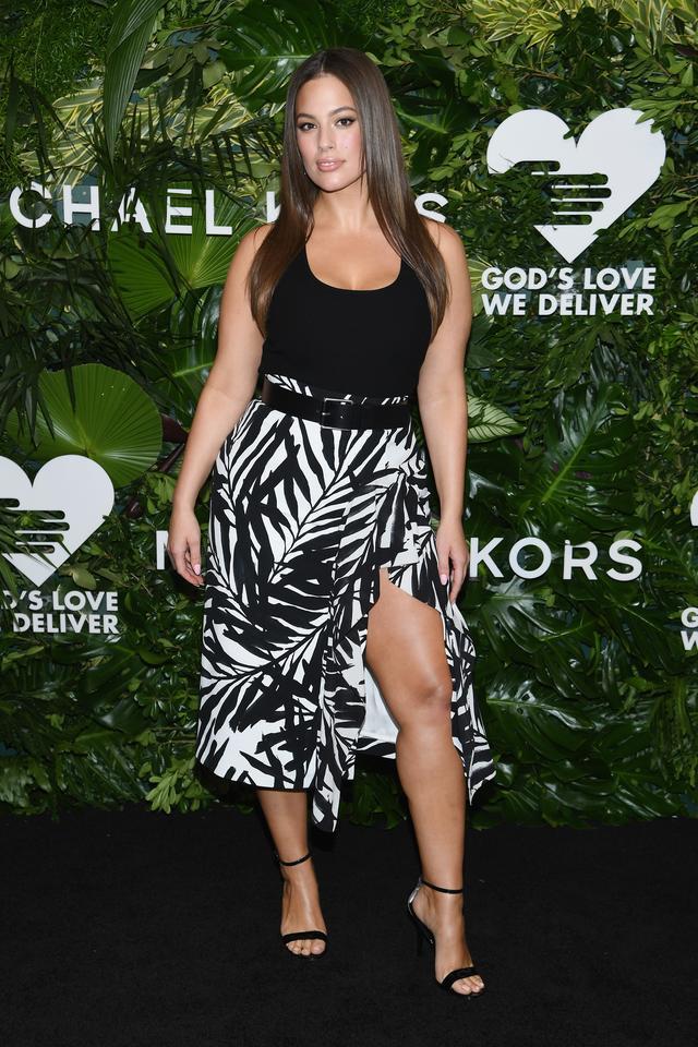 画像: モデルのアシュリー・グラハム。プラスサイズモデルとして、世界で注目を浴びているアシュリーは、ブラック×ホワイトのコントラストが大胆なマイケル・コースのスカートをアクセントにした装いで。