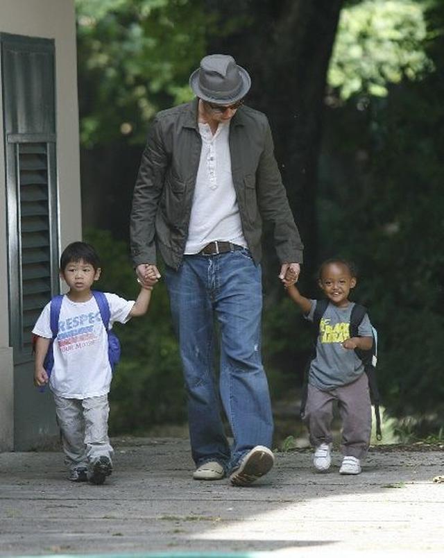 画像: パックス君(左)とザハラちゃん(右)を学校まで送るブラッド。