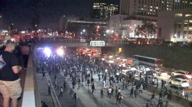 画像: LAのダウンタウンのフリーフェイを占拠する人々。