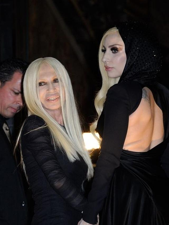 画像: 2人とも黒のドレスにプラチナブロンドがとてもよく映え、美しい。