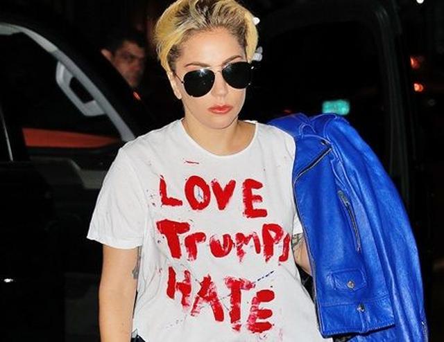 画像: 「Love Trumps Hate(愛が憎しみに勝つ)」という、ドナルド・トランプ氏の名前と、打ち勝つという意味の「Trump」をかけた言葉が書かれたTシャツを着るガガ。