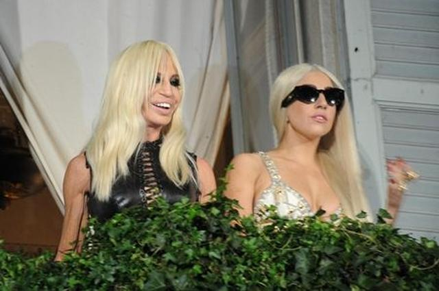 画像: ミラノでディナーをした2人がベランダから顔を出し、集まったファンに応える。
