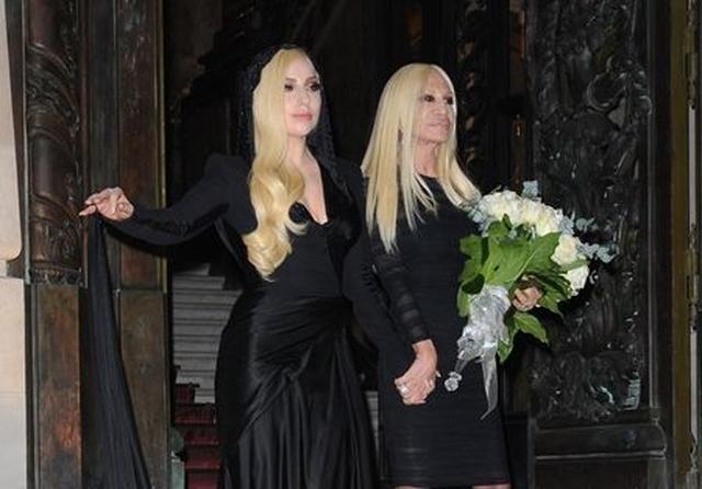 画像: Atelier Versaceのファッションショーを訪れたガガは、コレクション後デザイナーであるドナテラと手を繋いで登場。