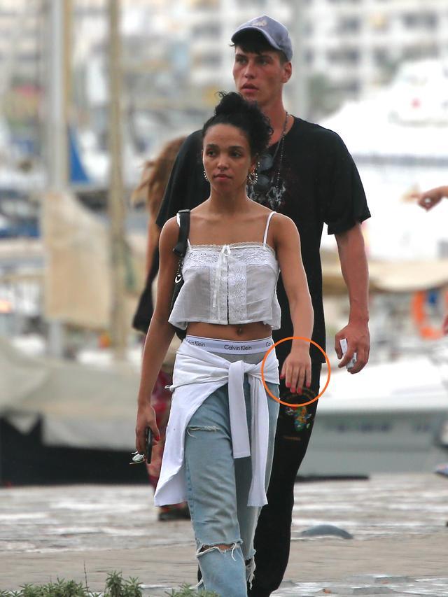 画像: リゾート地として有名なイビサ島で謎の男性と歩くツイッグス