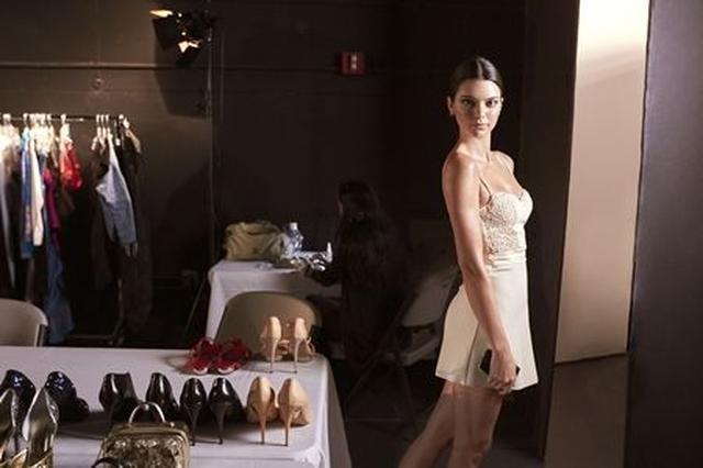 画像: 撮影で使う洋服をチェックしに来たケンドルは、カメラを見つけると思わずポーズ。さすがモデル。