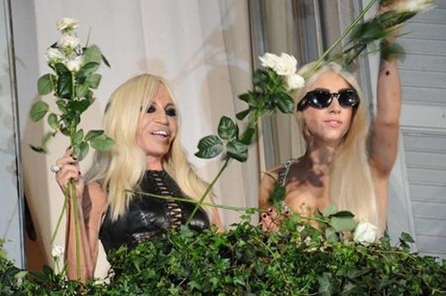 画像: 集まった大勢のファンの声援に応えるように、白いバラのプレゼント。