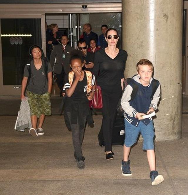 画像: LAの空港でのアンジェリーナと、子供たちのシャイロ、ザハラ、パックス、マドックス。
