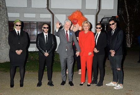 画像: 女優のケイト・ハドソンのハロウィンパーティ前で記念撮影。