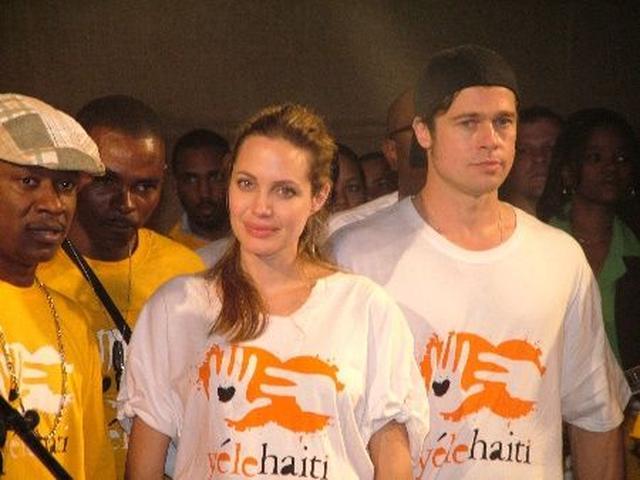 画像: 映画『グッド・シェパード』の撮影の合間を縫ってハイチでチャリティ活動。